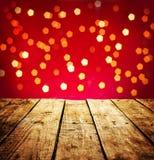 Weihnachtshintergrund mit hölzerner Tabelle in der Perspektive Stockbild