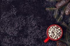 Weihnachtshintergrund mit heißem Kakao und Eibisch Stockfoto