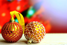 Weihnachtshintergrund mit Holzkiste und Bälle verzierten Glasperlen Stockfotos