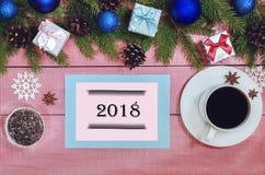 Weihnachtshintergrund mit immergrünen Niederlassungen der Dekorationen der Tanne Stockfoto