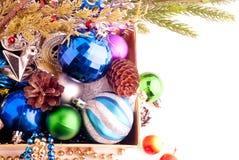 Weihnachtshintergrund mit Kegeln, Farbbällen und Beeren lizenzfreies stockfoto