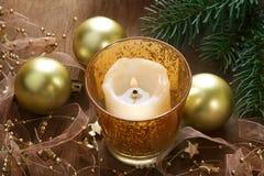 Weihnachtshintergrund mit Kerze und Dekorationen Lizenzfreies Stockbild