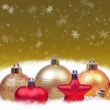 Weihnachtshintergrund mit Kugeln Stockbild