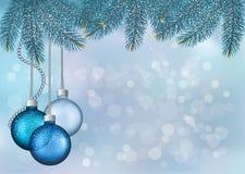 Weihnachtshintergrund mit Kugeln und Tannenzweigen Lizenzfreie Stockbilder
