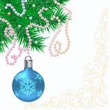Weihnachtshintergrund mit Kugeln und Tannenzweigen Stockbild