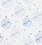 Weihnachtshintergrund mit Lametta und dekorativen blauen Bällen Lizenzfreie Stockbilder