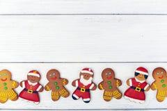 Weihnachtshintergrund mit Lebkuchenmann und Kopienraum Lizenzfreies Stockfoto