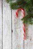 Weihnachtshintergrund mit Lutscherstock und -Tannenzweigen Lizenzfreies Stockfoto