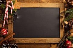 Weihnachtshintergrund mit Nüssen, Dekorationen und Zuckerstange stockbilder