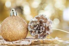Weihnachtshintergrund mit Nahaufnahme auf Dekorationen: goldener Chris Lizenzfreie Stockfotos