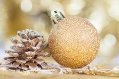 Weihnachtshintergrund mit Nahaufnahme auf Dekorationen: goldener Chris Stockbilder