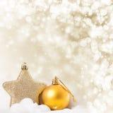 Weihnachtshintergrund mit Nahaufnahme auf Dekorationen: goldener Chris Lizenzfreie Stockfotografie