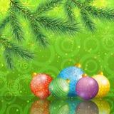 Weihnachtshintergrund mit Niederlassungen und Bällen Stockbild