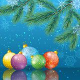 Weihnachtshintergrund mit Niederlassungen und Bällen Lizenzfreie Stockfotos