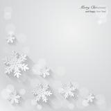 Weihnachtshintergrund mit Papierschneeflocken. Lizenzfreie Stockfotos
