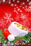 Weihnachtshintergrund mit rotem Santa Claus-Hut Stockfotos