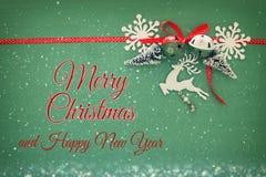 Weihnachtshintergrund mit rotem silk traditionellem Band, weißen Rotwild, immergrünem Baum, Papierschneeflocken und Klingelglocke Stockfotos