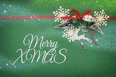 Weihnachtshintergrund mit rotem silk traditionellem Band, weißen Rotwild, immergrünem Baum, Papierschneeflocken und Klingelglocke Lizenzfreies Stockbild
