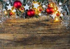 Weihnachtshintergrund mit rotem Weihnachtsflitter und Weiß spielt Formdekorationen die Hauptrolle Lizenzfreies Stockbild