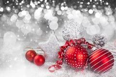 Weihnachtshintergrund mit roten Dekorationen Lizenzfreie Stockfotografie
