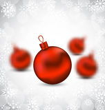 Weihnachtshintergrund mit roten Glaskugeln und Schneeflocken Stockfoto