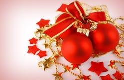 Weihnachtshintergrund mit roten Kugeln und Sternen Stockfotografie