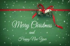 Weihnachtshintergrund mit roten silk traditionellen Band- und Klingelglocken Stockfotografie