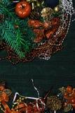 Weihnachtshintergrund mit roter Dekoration, grüne Niederlassung stockbild
