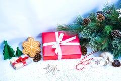 Weihnachtshintergrund mit roter Geschenkbox Stockfoto