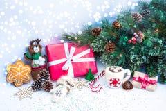 Weihnachtshintergrund mit roter Geschenkbox Stockfotografie