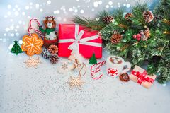 Weihnachtshintergrund mit roter Geschenkbox Stockfotos
