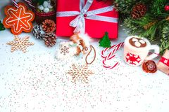 Weihnachtshintergrund mit roter Geschenkbox Lizenzfreies Stockbild