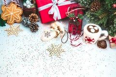 Weihnachtshintergrund mit roter Geschenkbox Stockbilder