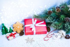 Weihnachtshintergrund mit roter Geschenkbox Stockbild