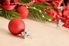 Weihnachtshintergrund mit roter Kugel Lizenzfreie Stockfotografie