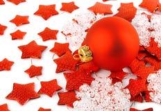 Weihnachtshintergrund mit roter Kugel und Sternen Lizenzfreie Stockbilder