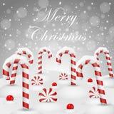 Weihnachtshintergrund mit süßer Süßigkeit im Schnee Lizenzfreie Stockfotos