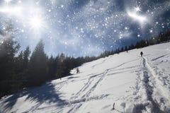 Weihnachtshintergrund mit schneebedecktem Weg im Schnee Lizenzfreie Stockfotografie