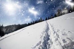 Weihnachtshintergrund mit schneebedecktem Weg im Schnee Stockbild