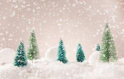 Weihnachtshintergrund mit schneebedeckter Landschaft Stockfotografie