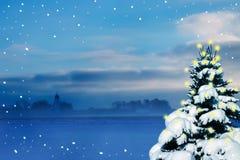 Weihnachtshintergrund mit schneebedeckter Tanne, Lichter und Winter gestalten landschaftlich Stockbilder