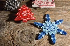 Weihnachtshintergrund mit Schneeflocken Stockbilder