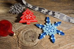 Weihnachtshintergrund mit Schneeflocken lizenzfreies stockfoto