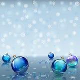 Weihnachtshintergrund mit Schneeflocken und Weihnachtsbällen Lizenzfreie Stockfotografie