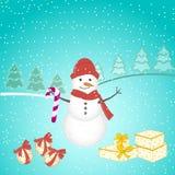 Weihnachtshintergrund mit Schneemann, Baum, Geschenken und Schneeflocken Lizenzfreies Stockfoto
