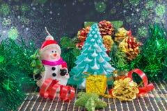 Weihnachtshintergrund mit Schneemann und Weihnachtsbaum Stockfotografie