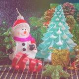 Weihnachtshintergrund mit Schneemann und Weihnachtsbaum Lizenzfreies Stockbild