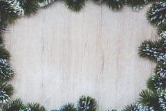 Weihnachtshintergrund mit Schneetannenbaum Ansicht von oben genanntem mit Raum für Ihre Grüße Stockfotografie