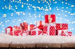 Weihnachtshintergrund mit Stapel von Geschenken Stockfotografie