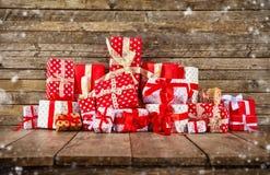 Weihnachtshintergrund mit Stapel von Geschenken Lizenzfreie Stockfotos
